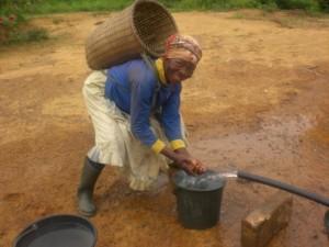 Femme usager passant lors du pompage après tubage